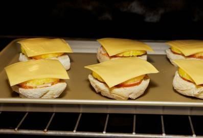 Духовку разогрейте до 175 градусов и запекайте бутерброды около 10 минут.