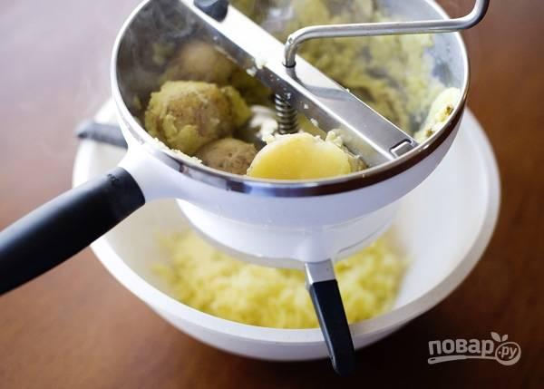 3. Можно картофель очистить заранее или сварить в кожуре, а после протереть через сито.