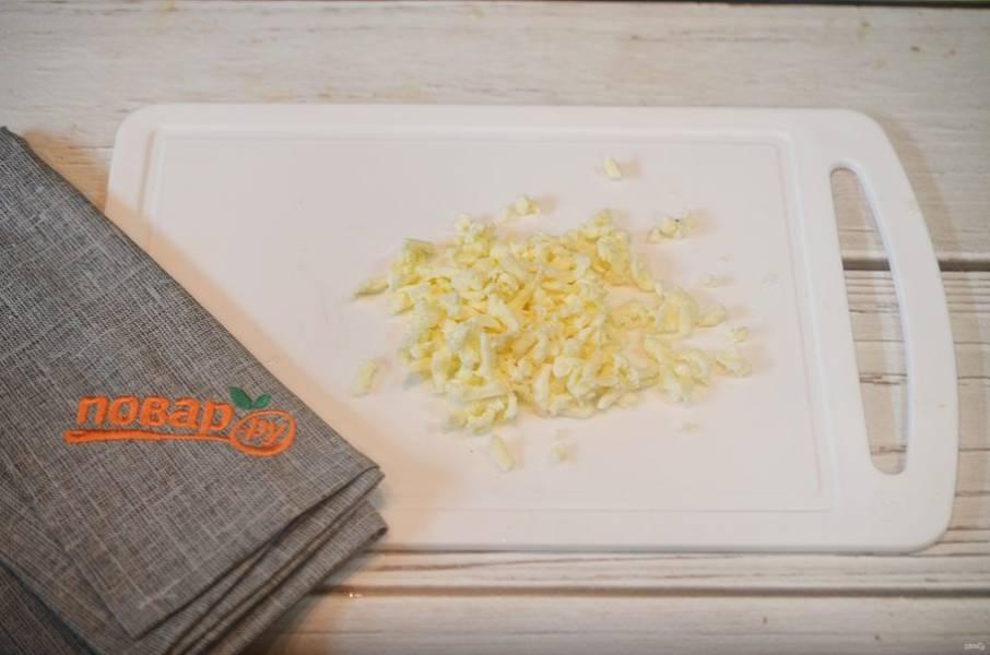 7. Моцареллу натрите на терке и посыпьте кабачки.