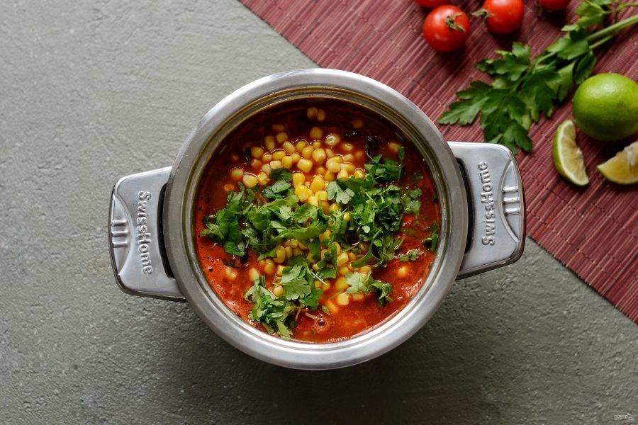 В конце добавьте вторую половину петрушку и консервированную кукурузу. Выжмите сок лайма.  Перемешайте, затем снимите кастрюлю с плиты.