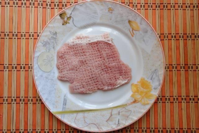2.Отбиваем мясо, солим его и приправляем по вкусу.