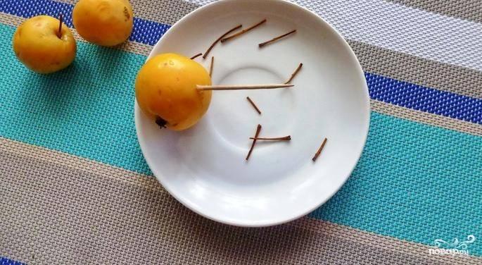 Яблоки помойте, сделайте по 4 прокола в каждом (зубочисткой). Из слив удалите косточки.