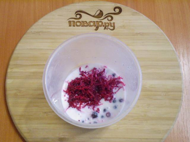В чашу блендера складываем смородину, тертую свеклу и добавляем кефир.