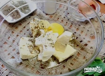 Приступим к приготовлению теста. Растираем мягкое масло с яйцом, солью, сушеными травами и с половиной тмина. Если не любите тмин, можно его не добавлять.