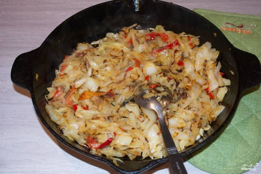 Когда капуста будет почти готова, нарежьте болгарский перец, добавьте его к капусте. Тушите все вместе.