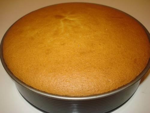 1. Начинаем приготовление торта с выпечки бисквитных коржей. Для этого взбиваем белки отдельно с сахаром, а желтки отдельно. Масса должна увеличиться раз в 5. После этого смешиваем и аккуратно перемешиваем, отправляем в духовку на 30-40 минут.