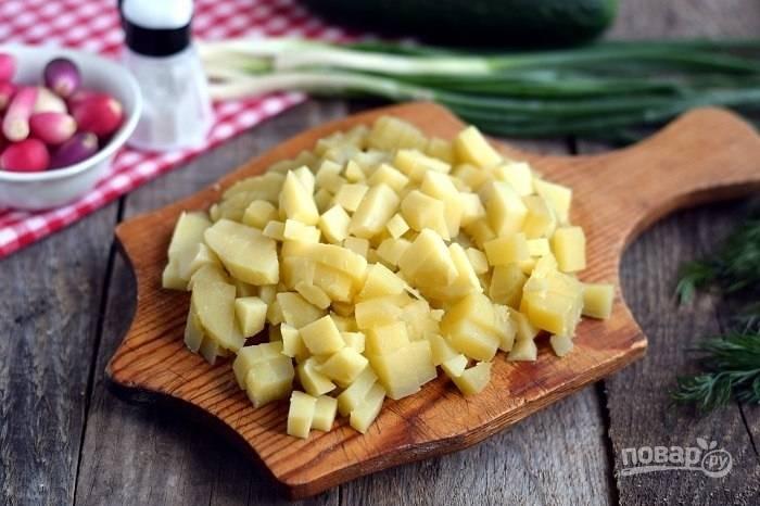 3.Вымойте и отварите картофель в кожуре, далее очистите и нарежьте кубиками.