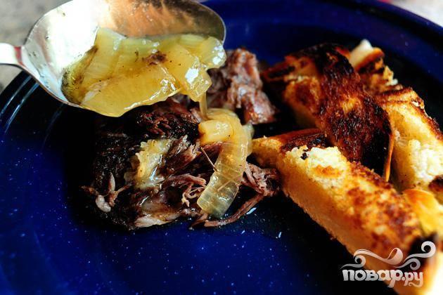 5. Выложить говядину с луком на тарелки и полить оставшимся от готовки соусом. Подавать говядину с ломтиками поджаренного белого хлеба и картофельным пюре или яичной лапшой при желании. Салат из шпината является идеальным штрихом к этому блюду.