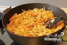 Соединить капусту и баклажаны, посолить, добавить томатную пасту, разведенную стаканом воды,добавить специи и тушить под крышкой до готовности еще 15-20 минут. Капуста с баклажанами подается как в горячем, так и в холодном виде. Приятного аппетита!