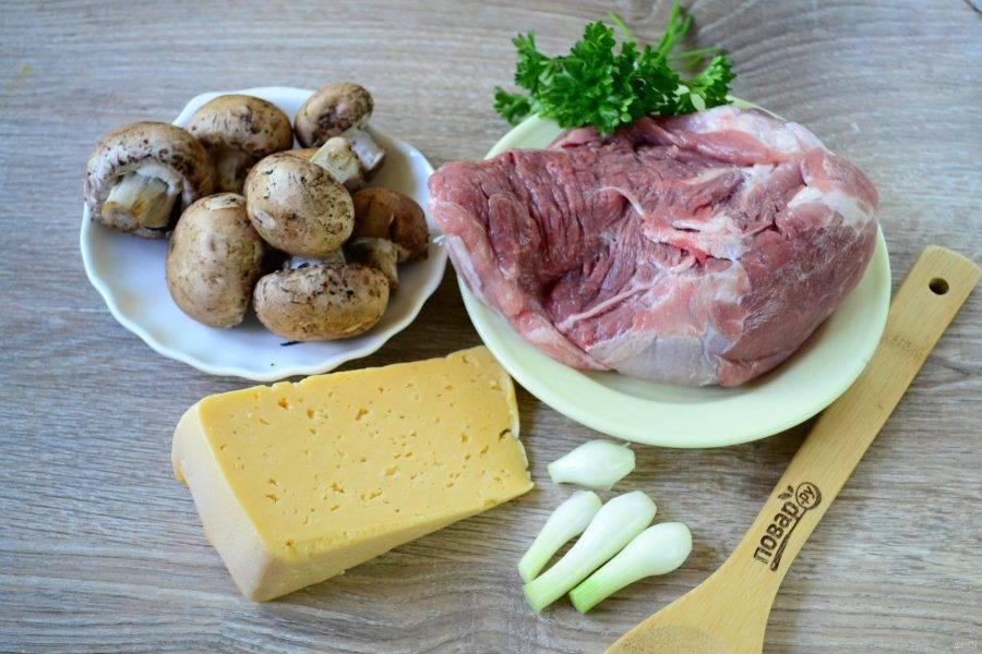 Подготовьте все необходимые ингредиенты. Свинину не обязательно брать вырезку, подойдет и лопатка, главное, чтобы ломти были более-менее ровными.