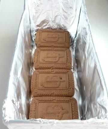 4. Теперь же просто выкладываем слоями - слой печенья, слой творожного крема, пока ингредиенты не закончатся. Отправим в холодильник до застывания.