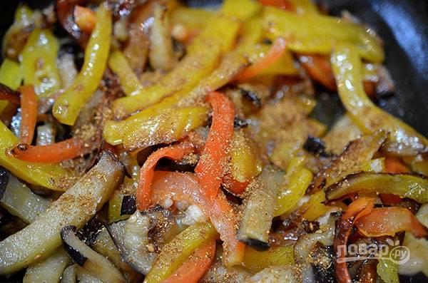 Верните перец в сковороду. добавьте гарам-масала, куркуму. Не забудьте посолить.