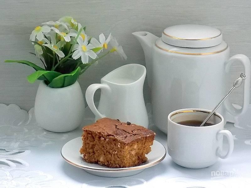 Пирог на вареной сгущенке с орехами