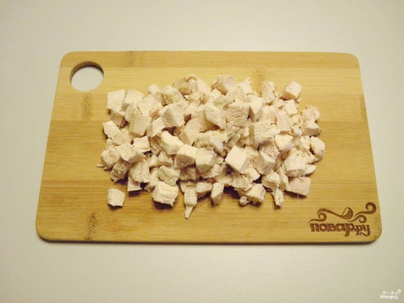 Порежьте куриное филе кубиками небольшого размера, чтобы деткам было удобно кушать.