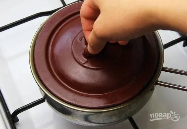 3. После отправьте на огонь. Как только сироп закипит, уберите огонь до минимума, накройте крышкой и томите около часа айву до мягкости.