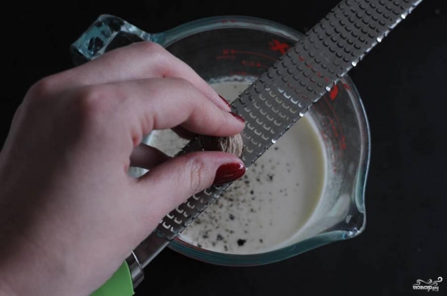 Смешайте сливки и молоко, добавьте тертый мускатный орех.