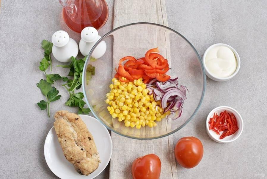 Тонко нашинкуйте лук и сладкий перец. Выложите в салатник вместе с кукурузой.