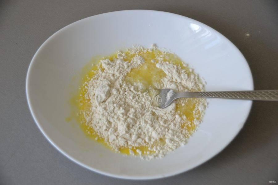 """Пока тушится мясо, приготовьте """"чипетки"""", это такие клецки. Для этого возьмите 1 крупное яйцо и добавьте к нему 3-4 ст. ложки муки (сколько возьмет), муку добавляйте не сразу, а в процессе замеса теста."""