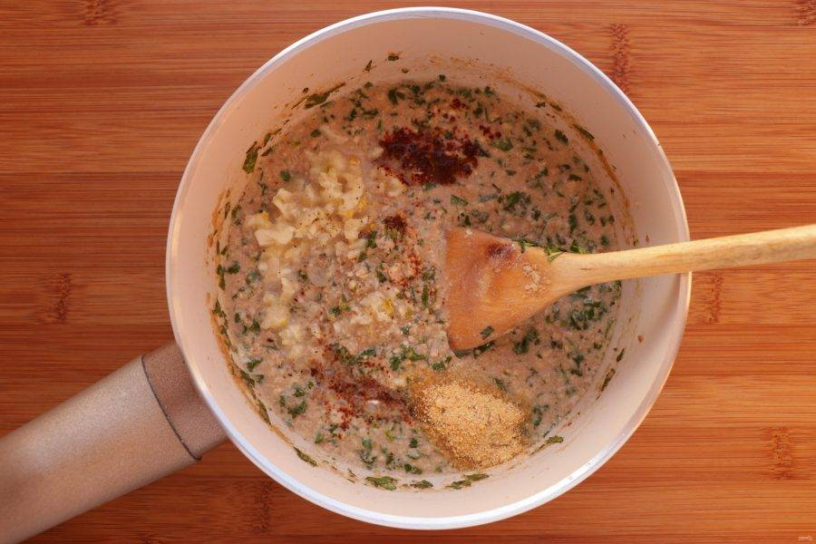 Затем добавьте соль, перец черный и острый по вкусу, измельченный чеснок и уцхо-сунели. Перемешайте и снимите с огня. Остудите.