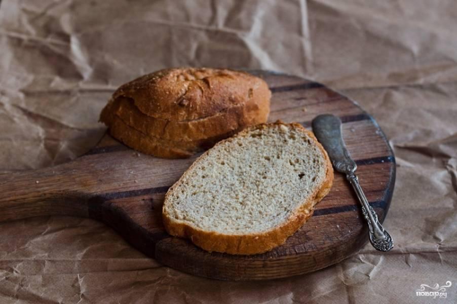 Нарежьте ломтиками хлеб.
