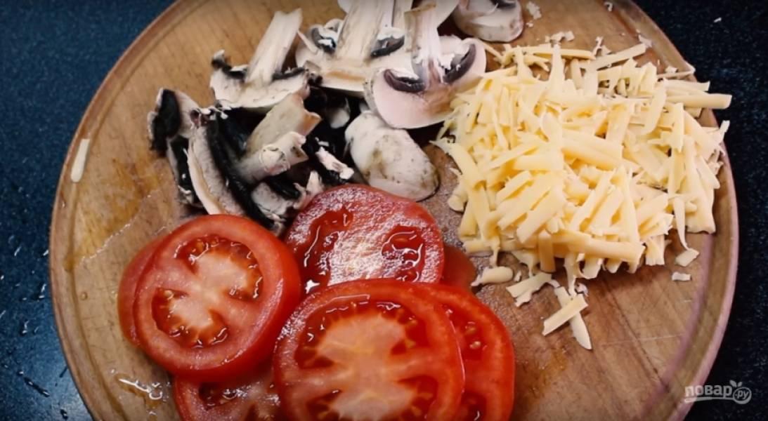 4. За это время подготовьте начинку: помидор, шампиньоны, сыр. Помидор с грибами нарежьте кружочками и пластинами соответственно. Сыр натрите на терке.