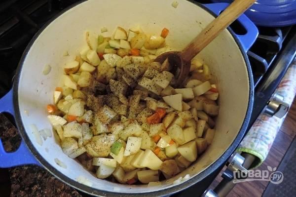3. Добавьте нарезанный небольшими кусочками картофель, соль и перец по вкусу. Оставьте обжариваться еще минут на 5.