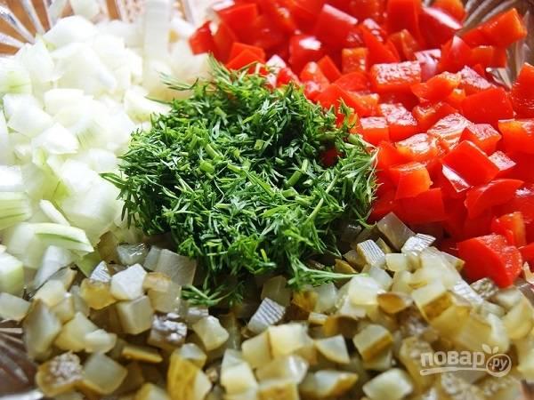 Нарезаем небольшими кубиками репчатый лук, огурцы и маринованный перец. Перец можно брать и свежий. Добавляем кукурузу и мелко нарезанный укроп.