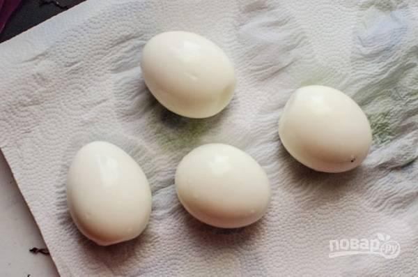 2. Яйца отварите 3-4 минуты, чтобы они получились всмятку. Остудите и аккуратно очистите.
