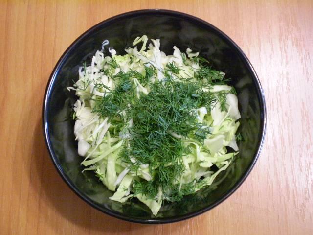 3. Сложите в салатник, добавьте мелко порезанный укроп. Посолите.