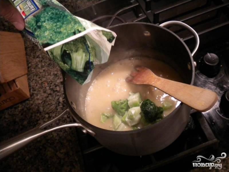 2.Уменьшить огонь и подождать, пока смесь не загустеет, приблизительно 5 минут. Добавить брокколи и готовить, помешивая, пока они не станут нежными, приблизительно 10 минут.