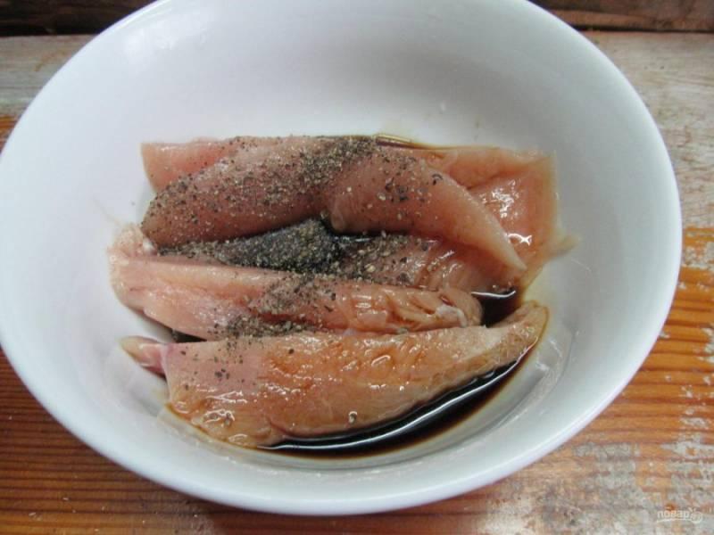 Смешайте соевый соус с яйцом. Залейте курицу подготовленным соусом, посыпьте перцем и перемешайте.