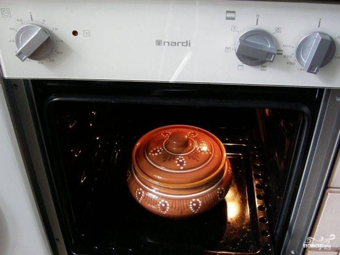 Помещаем горшочек в разогретую до 180 градусов духовку на 15-20 минут. По истечении времени выключаем огонь, достаем горшочек и добавляем сливочное масло. Возвращаем в духовку и даем настояться еще 20 минут. Готовая каша отлично сочетается с мясом и рыбой, но лично я его употребляю как вполне самостоятельное блюдо.