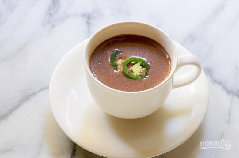 4.Готовый горячий шоколад разливаю по чашкам и подаю с кусочками перца, приятного аппетита!