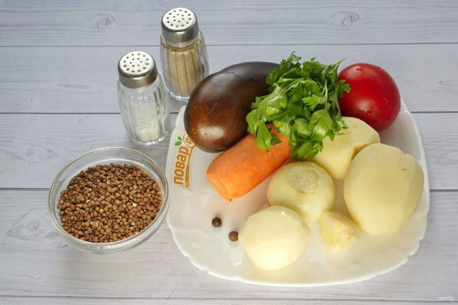 Подготовьте овощи. Вымойте их, очистите. Гречку промойте в холодной воде.