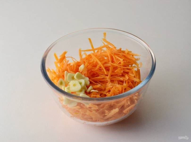 Морковь натрите на терке для корейской моркови. Чеснок нарежьте кружками.