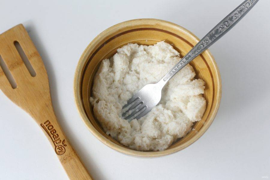 С хлеба срежьте корки, раскрошите мякоть руками и замочите в молоке. Я дополнительно разминаю хлеб вилкой.