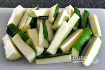 1. Нарежьте цукини толстыми брусочками.