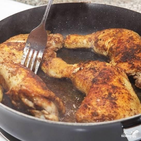 В общей сложности куриные ножки нужно жарить 12 минут, переворачивая каждые 2 минуты. Жарить нужно на среднем огне под крышкой. Если начнет подгорать - уменьшите огонь.