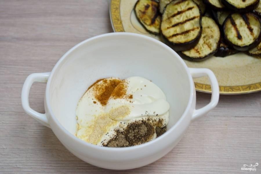 Баклажаны снимите со сковороды- гриль. Отставьте. Для приготовления соуса баже берем 20-25 % сметану. Добавляем к ней чайную ложку чамана, соль, черный и красный молотые перцы, паприки. Добавьте сушеный чеснок. Вместо сушеного можно добавить свежий, предварительно выдавив его через пресс.