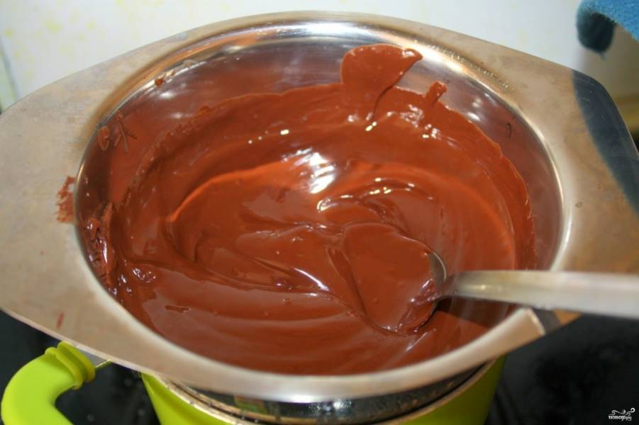 Шоколадную плитку растопите, влейте сливки, перемешайте хорошенько, комочков не должно быть.