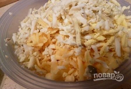Натираем на крупной терке сыр и вареные яйца.