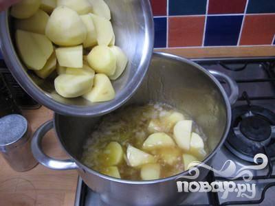 Почистить и нарезать грубо картофель. Добавить в кастрюлю. Довести до кипения и готовьте под крышкой в течении 10 минут.