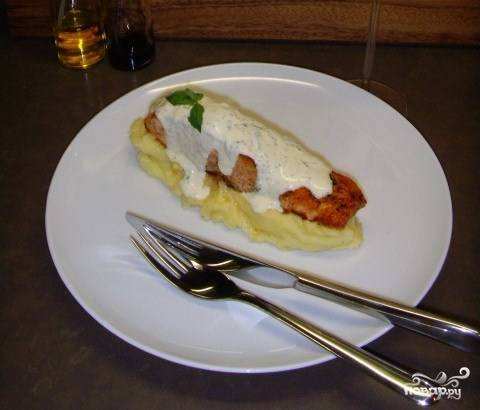 На пюре выкладываем готовый стейк. Его поливаем сливочным соусом. Блюдо готово. Приятного аппетита!