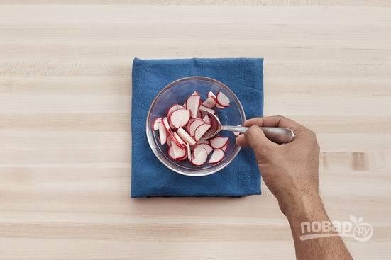 3.Редис перекладываю в миску, заливаю весь оставшийся уксус и оставляю на 10-20 минут для маринования.