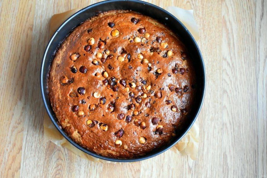 Выпекайте пирог в разогретой до 180 градусов духовке 30 минут. Затем проверьте готовность деревянной шпажкой. На шпажке будут оставаться влажные крошки теста – это нормально. Важно не пересушить пирог. При нажатии пальцем на поверхность пирог должен быть очень мягкий. При необходимости допеките на более низкой температуре, чтобы он не высох.