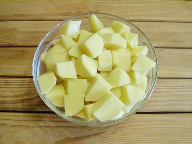 5. Картофель крупно нарезаем. Бросаем в кипящую соленую воду и варим не больше 20 минут.
