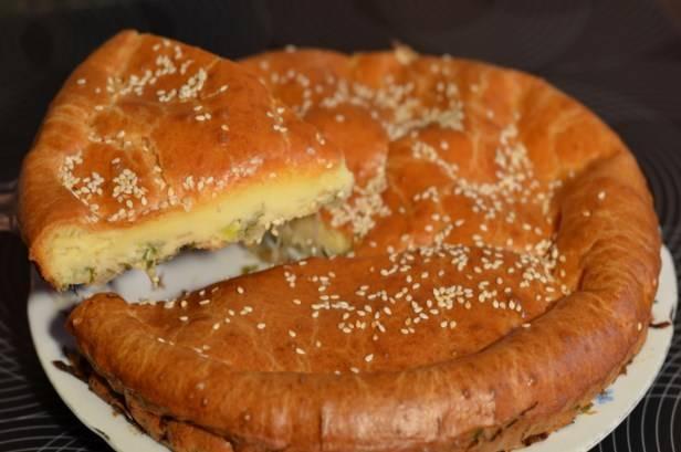 Вот ленивый пирог с капустой и готов. Подавать можете со сметаной. Приятного аппетита!