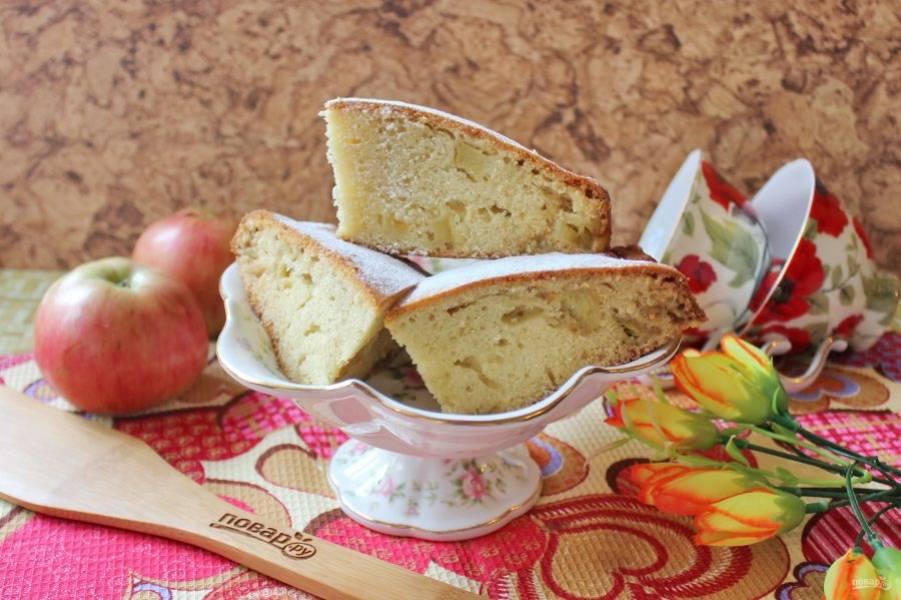 Татарский пирог с яблоками готов. Нарежьте его и подавайте к чаю, кофе, молоку, компоту.