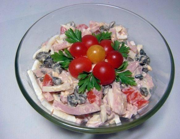 4. Перемешаем и декорируем салат на свой вкус. Приятного аппетита!