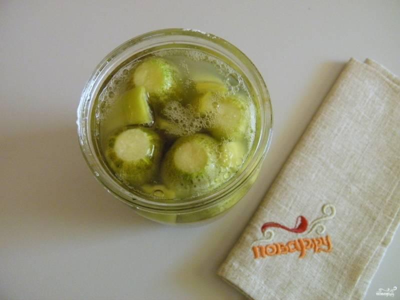 Через 2-3 дня образуется пенка, значит огурчики готовы к консервированию.